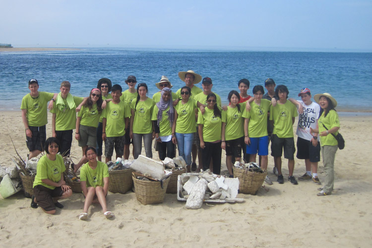 Sea Turtles 911 volunteers at beach clean up