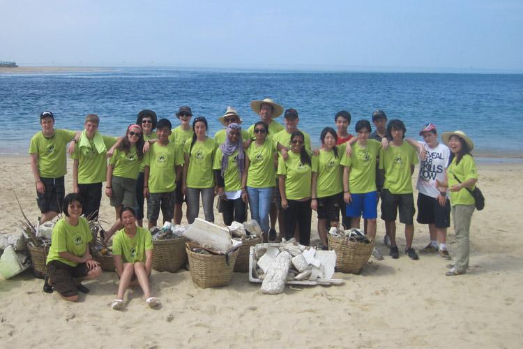 Sea Turtles 911 volunteers at beach clean up