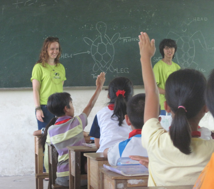 Students teach kids about sea turtles