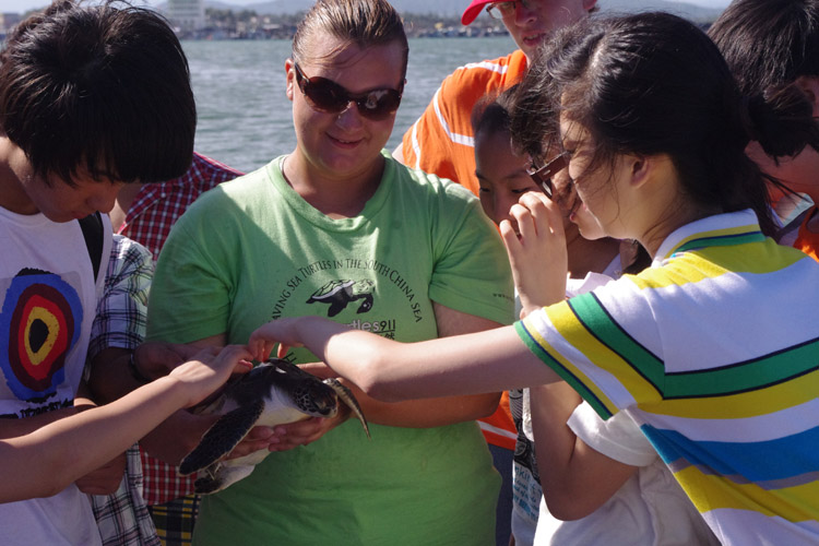 Students interact with sea turtle