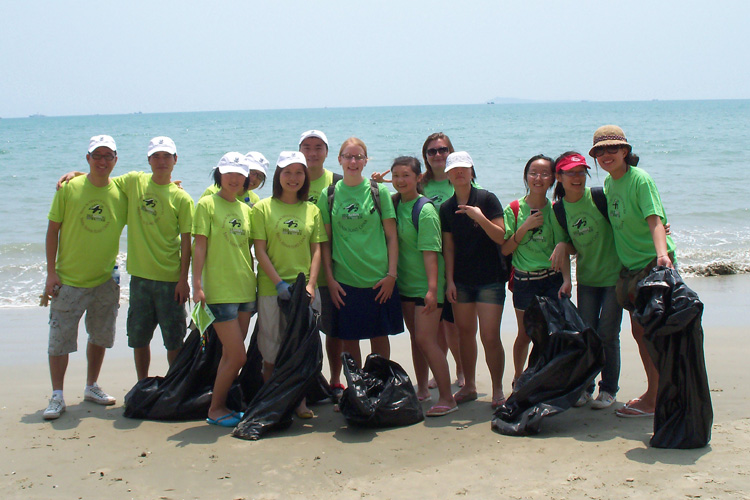 Sea Turtles 911 volunteers cleanup beach