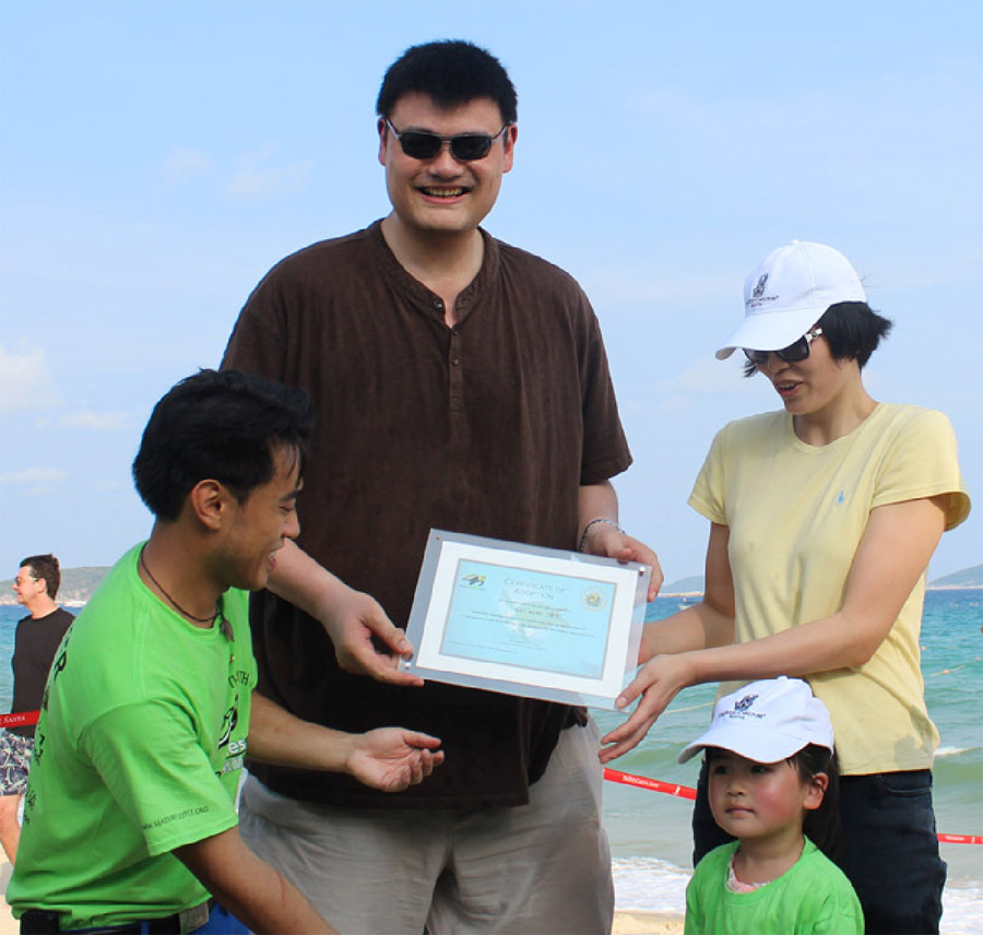 Yao Ming receives Sea Turtles 911 program certificate