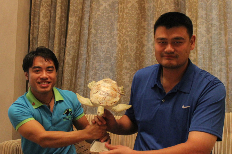 Yao Ming and Frederick Yeh hold the World Sea Turtle Conservation Award