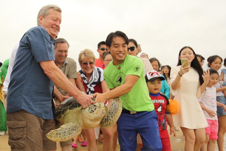 U.S. Ambassador and Senator Max Baucus and U.S. Consul General Charles Bennett release sea turtle